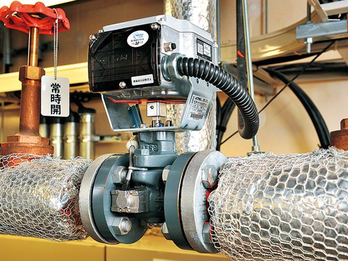 流量計測制御機能付電動二方弁ACTIVAL。各フロアに設置された空調機ごとの冷水/温水の流量を計測することで、実際に必要な量だけの冷水/温水を作る、自動制御の要となる機器。