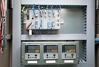 蓄熱槽の状態などを監視しながら、蓄熱槽の蓄熱/放熱切替えを行う汎用コントローラ Infilex™ GCと熱交換器の圧力制御を行うデジタル指示調節計 R36。