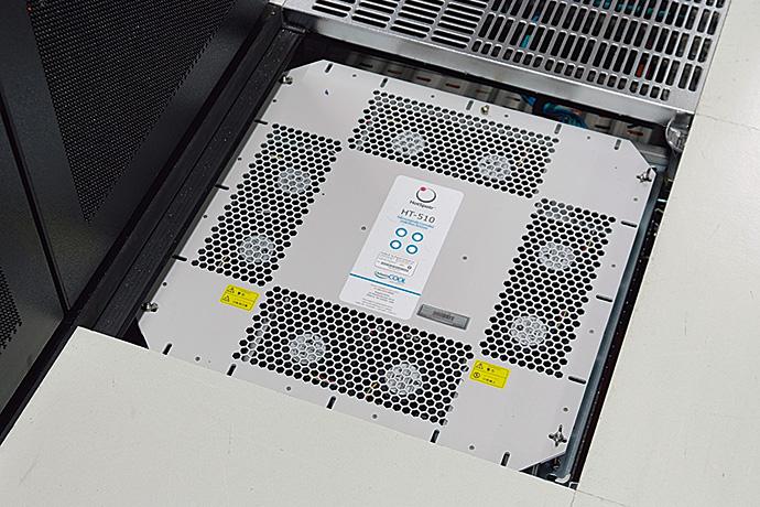 サーバルーム内に15台設置されている床冷却ファン「HT-510」。その配置は、山武のCFDシミュレーションに基づく熱気流解析により決定されている。(グリルパネルを外した状態で撮影)