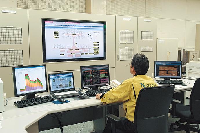 中央監視室に設置された建物管理システムsavic-net FX。