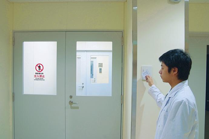 カードリーダーによる動物飼育・実験エリアの入退室管理もsavic-net FX セキュリティシステムで行っている。