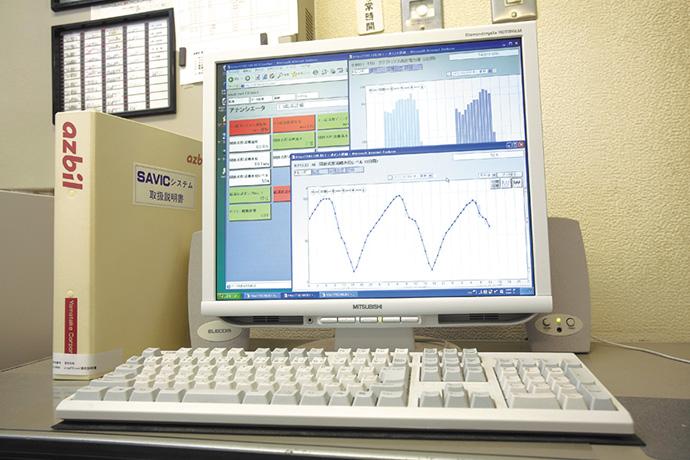 中央監視室に設置されたsavic-net FX mini。今回導入した熱源設備の運転状況の監視や制御、およびエネルギーデータの収集が一元的に行えるようになっている