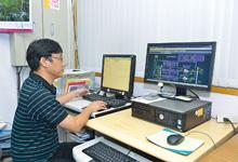図書館棟の地下1階にある監視室に設置されたsavic-net FX(右)とEDS(左)。今回導入した空調設備の運転に関する監視・制御、およびエネルギー利用動向の確認が行えるようになっている。