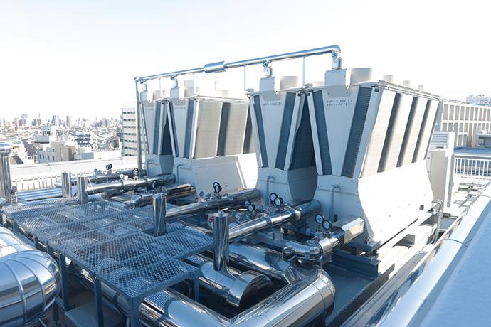 屋上に設置された高効率空冷ヒートポンプチラー。