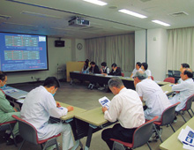 省エネルギー推進委員会が実施する会議の様子。新たな省エネ施策の検討や実施した施策の成果の報告が活発に行われている。