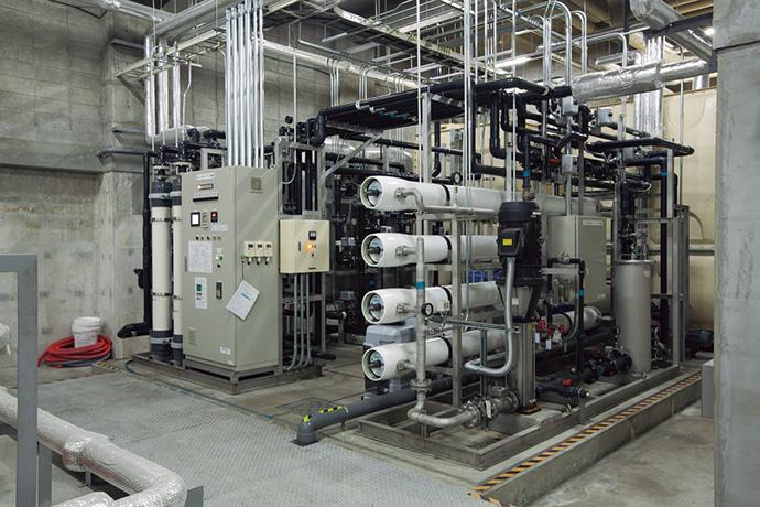 井戸水浄化システム。市の水道と同等の水質にして、飲食テナントを含む館内に供給している。水道光熱費の削減に大きく貢献している。