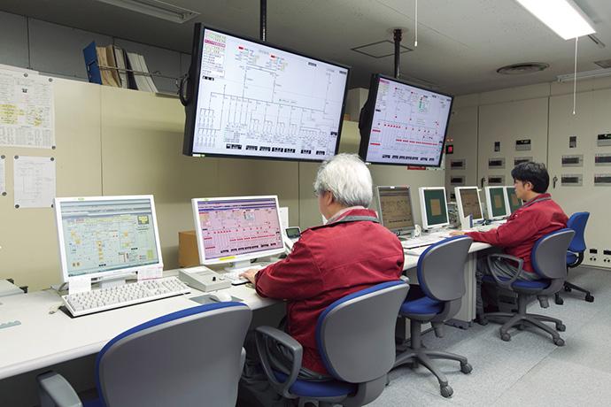 サンピアザの中央監視室に設置されたBEMSであるアズビルの建物管理システム savic-net™FX。デュオの中央監視室に置かれたBEMSとの間で相互監視が可能となっている。