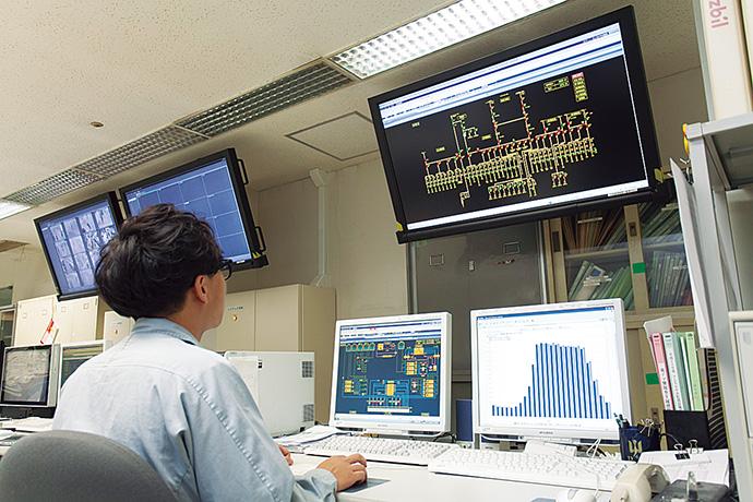 中央監視室に置かれたsavic-net FX。中央上部に設置された大型LCDを通じて、室内にいるすべてのオペレータが瞬時に情報を把握し、共有できる環境が整えられている。