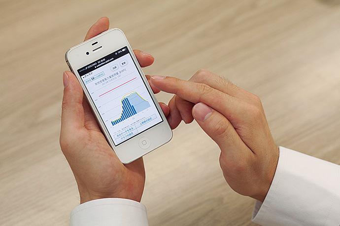 Web-Infilexはスマートフォンからのアクセスも可能。自席を離れている際や外出時のほか、自宅からも消費電力の状況を閲覧することができる。