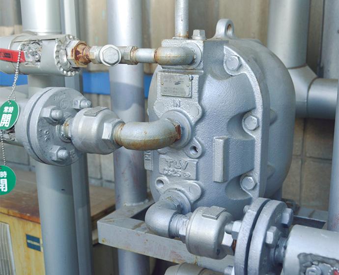 洗浄槽からオーバーフローした温水をくみ上げるためのパワートラップ。被膜工程で利用されている蒸気の一部によって駆動するため、防爆処理や電気式のような配線が不要であるなどのメリットをもたらしている。