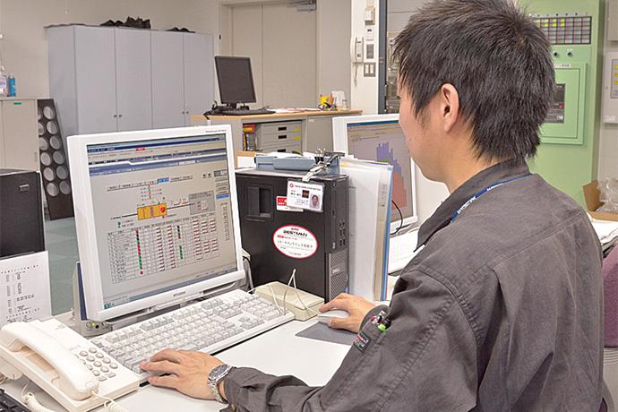 施設部設備グループ内に設置されたsavic-net FXの監視画面。黄色いビル各棟の設備の状況を集中監視している。