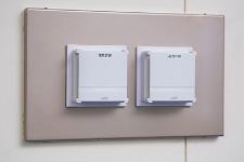 室内形温度/湿度センサ ネオセンサ™ワイヤレス。計測したデータを電波でRF受信機に伝送する。間仕切り変更などで設置場所を変えるときなども、大きな配線工事をすることなく移設が可能。
