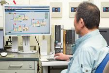 管理室に置かれたsavic-net FX2の監視画面。各空調機の運転状態やフロアの室内温度・湿度などが確認できる。