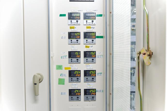 バックヤードに設置されたデジタル指示調節計 R36では、展示スペースの水槽の温度管理を行っている。