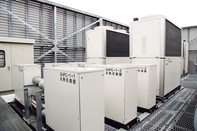 本館屋上に設置されたGHPチラー。PARAMATRIX 4の熱源機台数制御を用い、需要量に応じた台数だけ稼働させることで無駄なエネルギー消費を省く。さらに稼働データを熱源最適化コントローラ PARACONDUCTOR™(パラコンダクタ)で収集している。