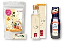太田油脂が販売する健康志向で話題の商品。左から「毎日えごまオイル」「えごま油(しそ油)」「国産タマネギ毎日えごま油ドレッシング」