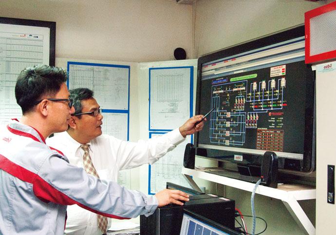 中央監視室にBEMSとして導入されているsavic-net FX。熱源設備の運転状況とエネルギー使用量を一目で確認できるようになった。