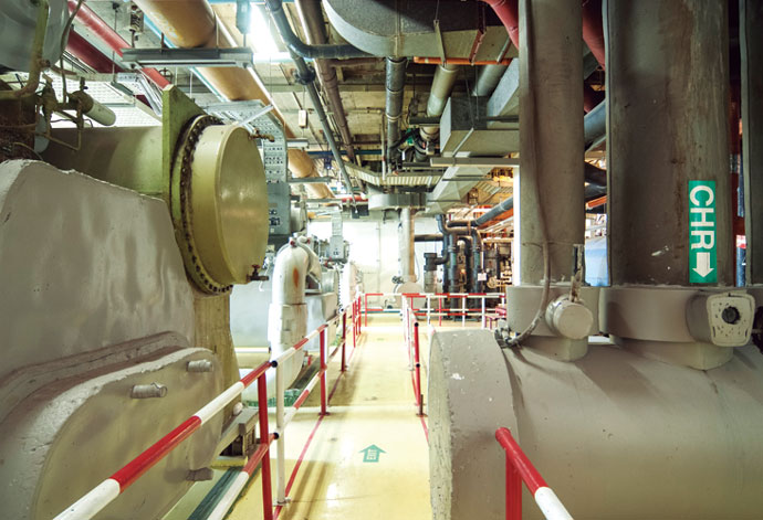 熱源機械室は見学ルートとして整備されており、実際に行われた省エネ施策を冷凍機やポンプなどを見学しながら知ることができる。
