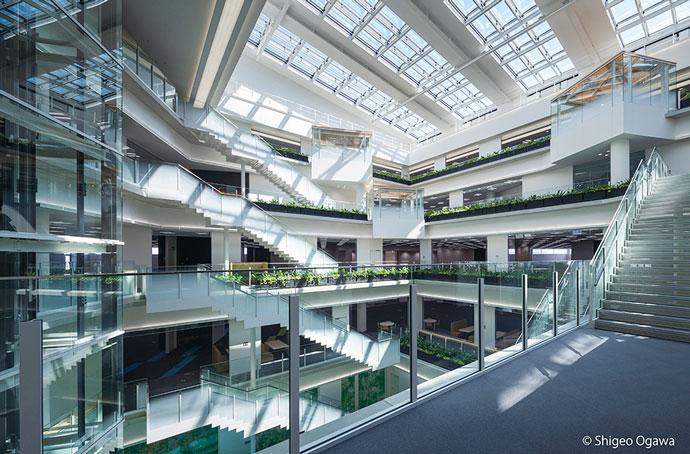 自然光をふんだんに取り込み、省エネルギーや環境に配慮した建物設計となっている。