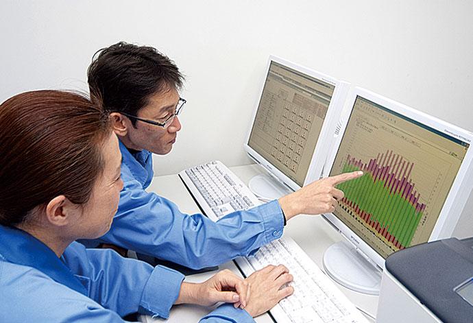 SKT内の中央監視室に設置されたsavic-net FX2。棟内のすべてのエリアのエネルギー使用状況を記録、蓄積し、可視化している。SKTにエネルギーを供給している動力棟に設置しているモニタからも、中央監視室に設置されたモニタと同様の内容を見ることができる。これにより設備を操作しながら、その状況を現場で確認することができるようになっている。
