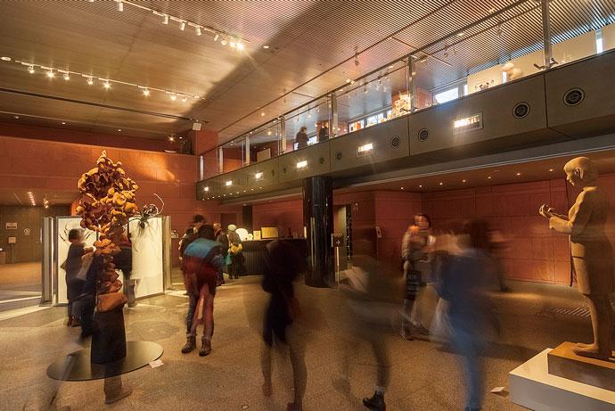多くの人が訪れるエントランスホール・展示室も快適な室内環境が保たれている。