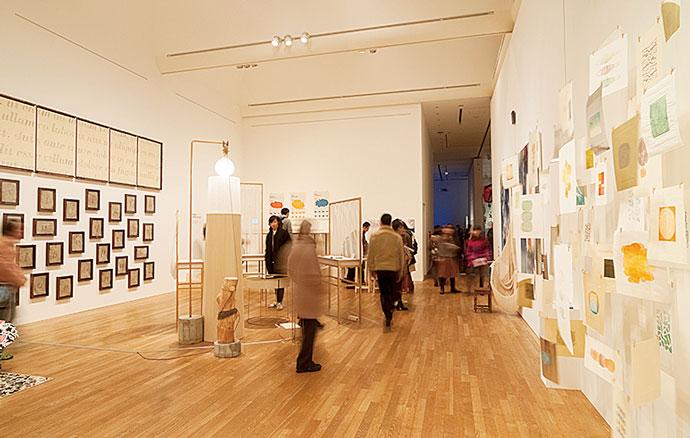 12月は博士審査展、1月は卒業・修了作品展で学生の作品を一般公開し、にぎわっている。