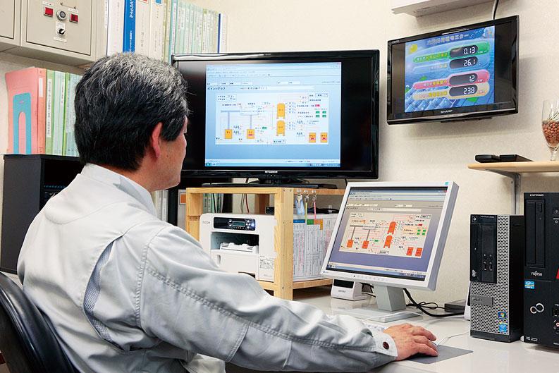 事務所に置かれた中央監視システム savic-net FX mini。設備管理担当者のほか、フロントのスタッフも日常的に操作する。