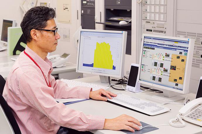中央監視室に設置されたsavic-net FX(右)とビルマネジメントシステム(左)。施設内各設備の運転・監視、エネルギー管理を一元的に行うことができる。