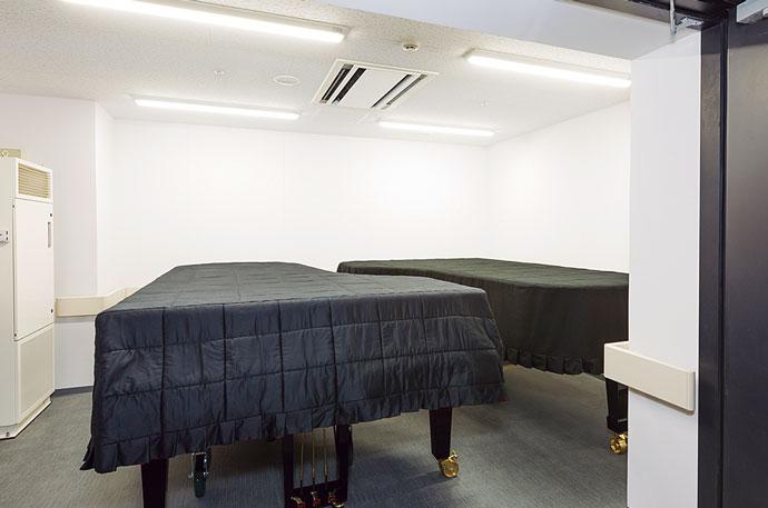 ザ・グランドホールのステージ脇にあるピアノ保管部屋。楽器のコンディションを維持するための温湿度管理が行われている。
