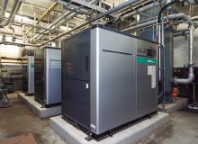 三つあるコンプレッサ室の一つ。コンプレッサの設置位置や複雑化していた配管を見直し、レシーバータンクを含めて再設計を行った。