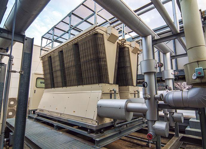 工場屋上に置かれた空冷ヒートポンプチラー。今回の施策で最新の高効率機にリプレースされた。