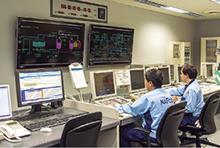 中央冷暖房所の監視室に設置されたAdvanced-PSとU-OPT。