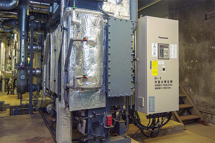 冷温水発生機は、重油焚(だ)き、ガス焚きの2種類が導入されており、それぞれのエネルギー単価に応じて稼働する設備を決定し最適運用が図られている。(写真は重油焚き)