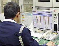 高松シンボルタワーの中央監視防災センターに設置されているsavic-net FX2 セキュリティ。建物内の各部屋の出入り口に設置された非接触ICカードリーダと連動し、在/不在(警戒/非警戒)状況などを入退室管理システムとして一元管理している。