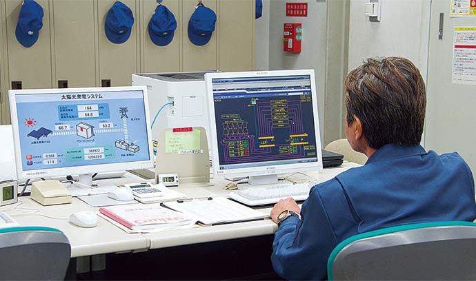 ライフパーク倉敷の中央監視室で稼働するsavic-net FX2と太陽光発電システム。建物内の設備の稼働状況に加え、エネルギー使用量などのデータ収集も可能となった。
