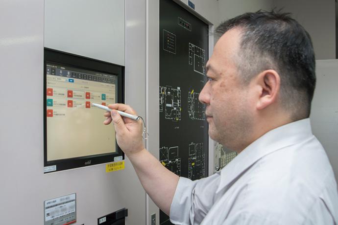 省スペースでの設置が可能な中央監視システムである壁掛け型のsavic-netFX2compactを採用。