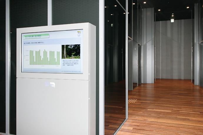 オフィスエントランスに設置されたデジタルサイネージ。クラウド上のエネルギーデータを活用して、ビル全体の電力利用概況や省エネ効果などを入居者に分かりやすいグラフで表示し、省エネ意識を喚起している。