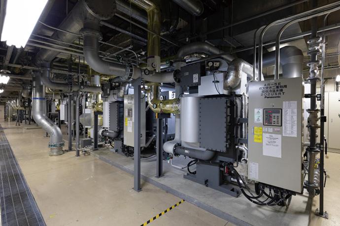 過去の運用データを基にダウンサイジングしたガス焚(だ)き二重効用吸収式冷温水機。また、クラウドBEMSと連携し最適な運転台数制御を行っている。