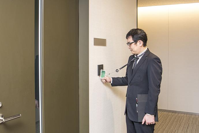 各テナント入り口に設置された非接触ICカードリーダ。