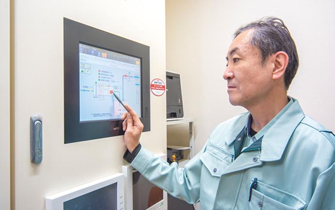 九段小学校・幼稚園の施設全体の空調を中央集中型で管理しているsavic-netFX2compact。この中央監視装置がアズビルのBOSSセンターと接続し遠隔から施設の設備の状態を監視する。