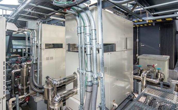 設備の運転データを解析することで運転時間の見直しを行い電力量削減につながったコージェネレーションシステム。施設の屋上に設備が設置されている。
