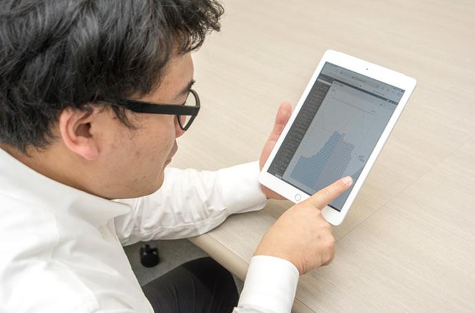 施設のエネルギー使用量や設備の運転状況などの情報は、アズビルの運営するクラウドサービス上に収集されており、パソコンやタブレットの画面上でグラフなどを表示し、確認や分析が行える。省エネ効果報告書もクラウド上で自動生成されているため、省コスト効果について最新値の把握が可能である