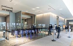 ビル6階のオフィスロビーに設置されたフラッパー式のセキュリティゲート。