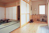 母屋の和室には趣味の茶道と華道に用いる水屋を併設