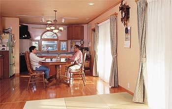 琉球畳のある広々としたリビングルーム