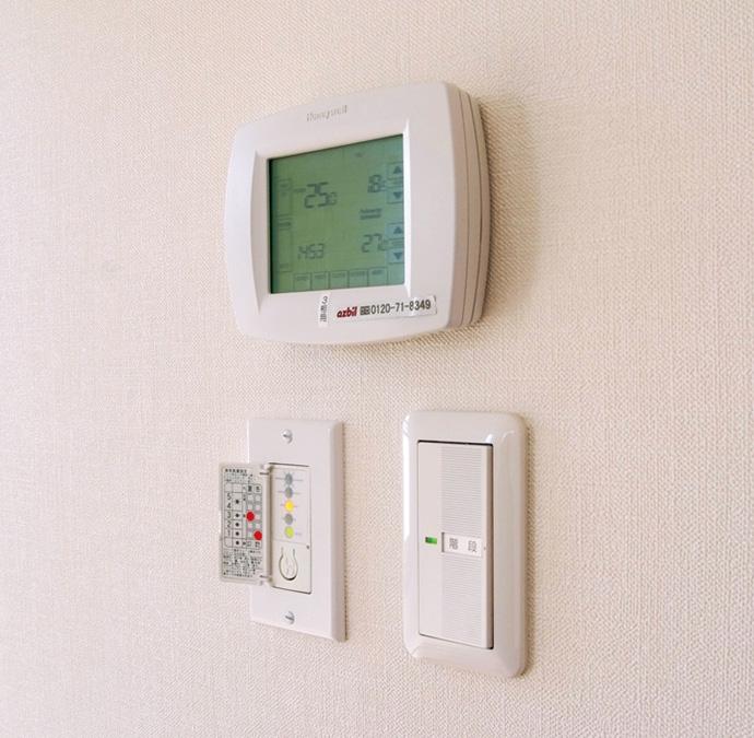 全館空調システムの冷暖房をコントロールする操作パネルと換気運転パネル。生活パターンに合わせて運転パターンを設定し、快適さと省エネルギーのバランスを保った運転を行う。