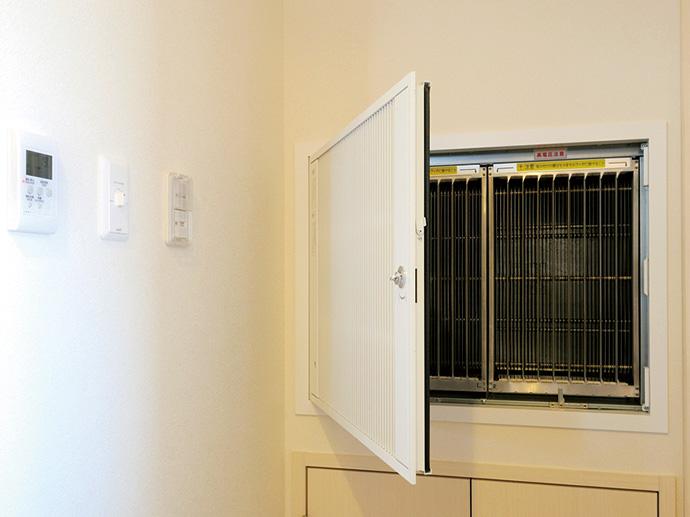 2階に設置されたエアクリーナ。通常は天井面に配置されるエアクリーナを壁面に埋め込むことで、フィルタの掃除が容易に行えるように工夫している。