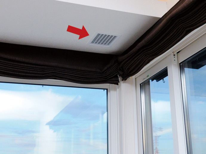 温風、冷風の吹出し口。全館空調システムの効果を最大限に得るための気流設計に基づき、間接照明の下に取付け位置が工夫されている。