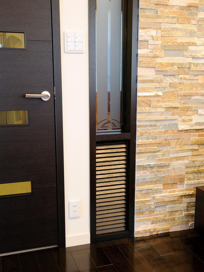 気流を妨げないようにリビングのドア横に設置されたガラリ。機能性とデザイン性が両立されている。