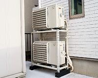 屋外に設置された室外機。エアコンのものとも同等の大きさで、音が気になることもない。また、この2台で家中の冷暖房を賄える。